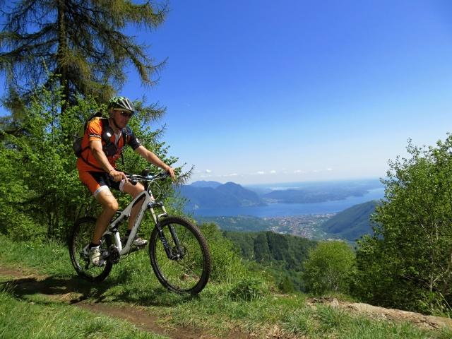 Splendido panorama sul Lago Maggiore lungo lo sterrato che conduce al Todun dalla Cappella Fina