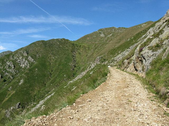 La strada militare che sale al Bivacco Pian vadà
