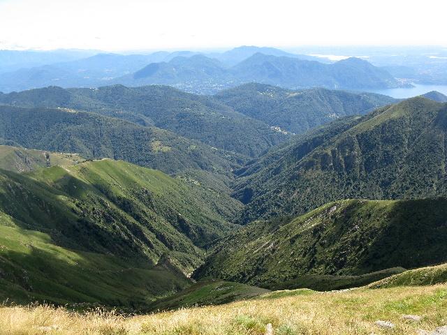 Panorama dallo Zeda - Valle Intragna, sullo sfondo il lago Maggiore con le prealpi varesine e ticinesi