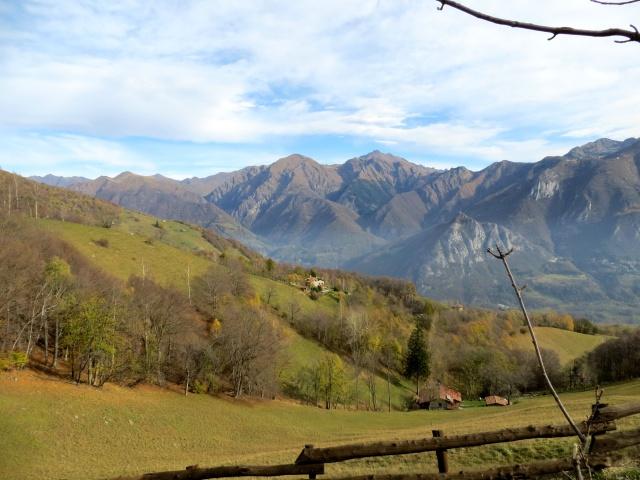 Salita all'Alpe Cova - panorama sui rilievi della Valsassina