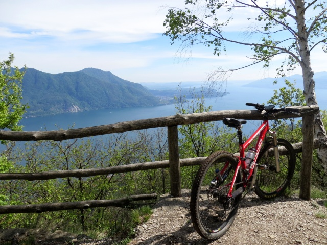 Punto panoramico sul Lago Maggiore lungo il single-track che scende da Pollino