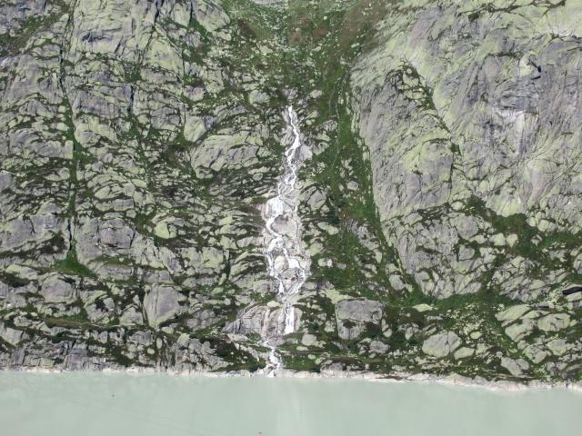Una caratteristica cascata che sgorga dal centro della montagna sovrastante il Grimselsee