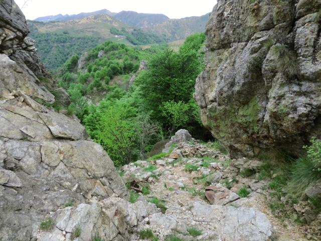 Tratto di sentiero da percorrere a mano nell'attraversamento della formazione rocciosa al termine della strada proveniente dal Colle del Ranghetto