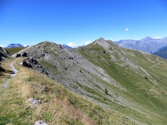 Vista dal baraccamento militare sulla cima Mulattiera e sull'omonimo passo