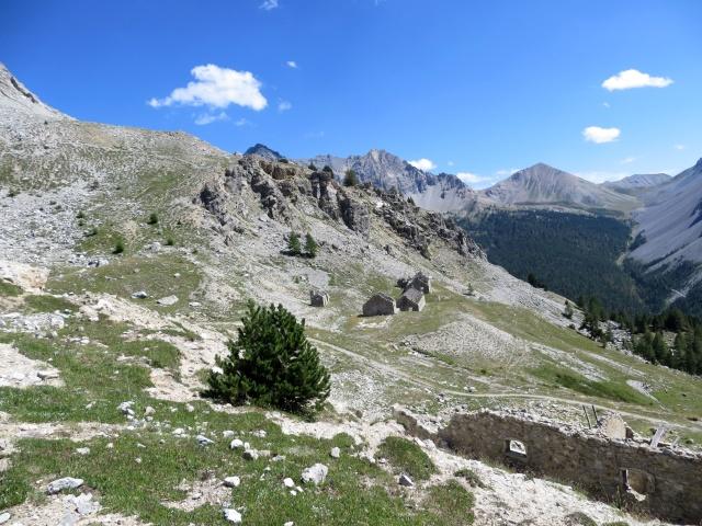 Lungo il sentiero di discesa in direzione del Col des Acles, vista sui baraccamenti militari sovrastanti il colle
