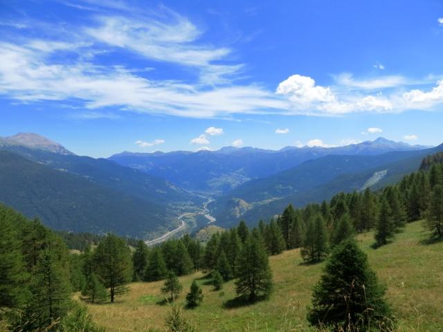 Salita al Passo della Mulattiera, vista sull'Alta Val di Susa e la catena dei rilievi che la divide dalla Val Chisone