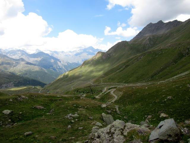 Salendo verso il Passo Invergneux - vista sulla strada percorsa con panorama sul Gran Paradiso