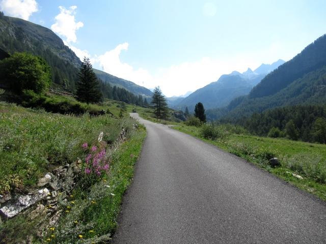 """Il tratto in asfalto nel vallone dell'Urtier superata la """"parete"""" di Lillaz"""
