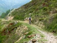 Single-track che aggira la cima del Monte Moncucco