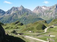 Piana del Rifugio Maria Luisa (alpe Toggia),  vallone  e Corni di Nefelgiù sullo sfondo