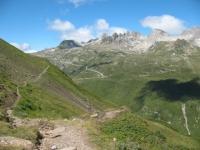Sentiero per il Gries, sullo sfondo le vette della Val Bedretto e la strada del Novena