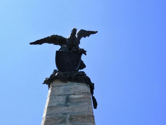 Testa dell'Assietta - l'aquila posta al vertice della stele commemorativa
