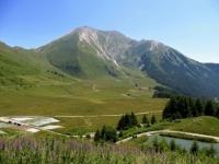 Pian dell'Alpe e sullo sfondo, a sinistra, il Colle delle Finestre