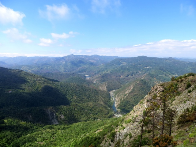 Paesaggio collinare della valle Stura a sud di Ovada - sullo sfondo il lago di Ortiglieto