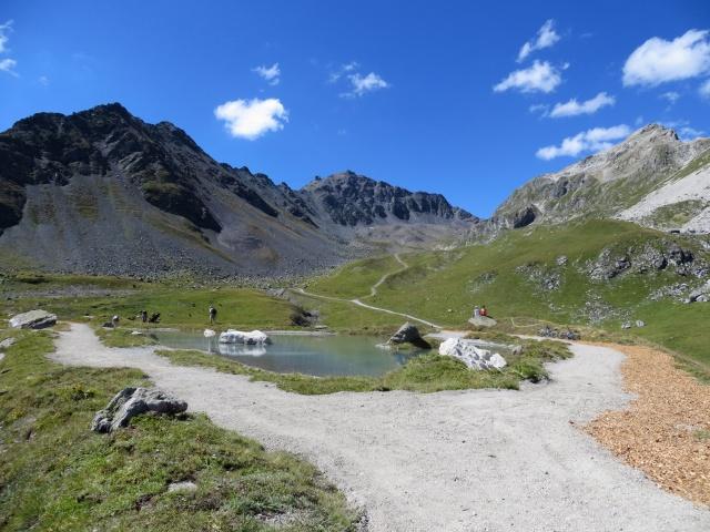 Lago d'Alv, sullo sfondo il Piz Nair e la strada che risale alla Fuorcla Schlattain