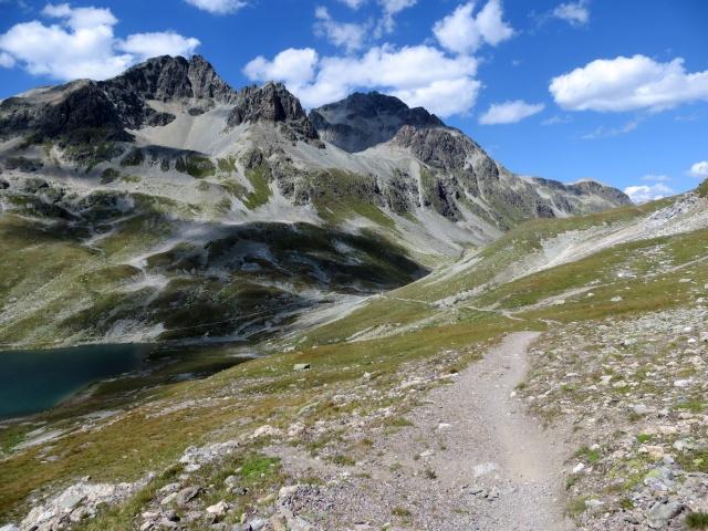 In direzione del Passo Suvretta - sulla sinistra il lago presente al Passo