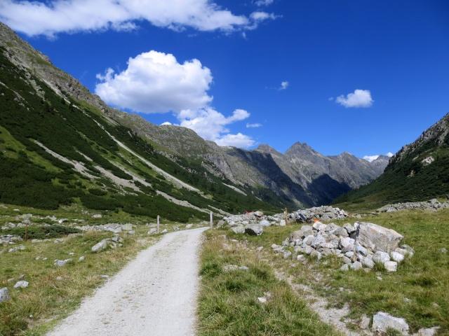 La strada bianca che percorre la Val Bever