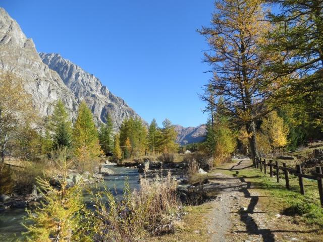 Lungo il torrente Dora risalendo la Val Ferret
