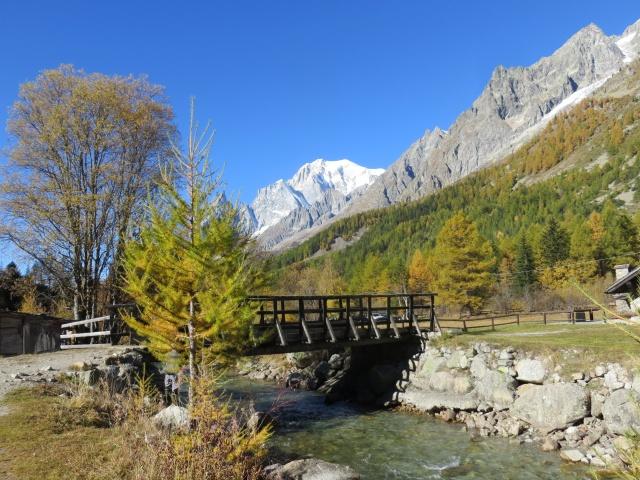 Lungo il torrente Dora risalendo la Val Ferret - vista sul Monte Bianco