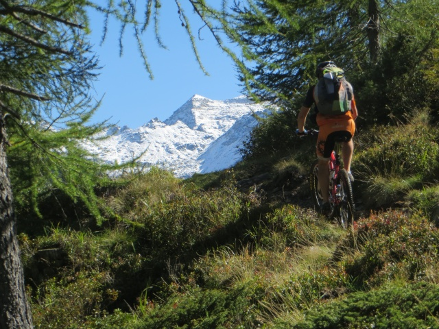 Il sentiero che corre in quota in direzione di Dagro, sullo sfondo il Pizzo del Ramulazz