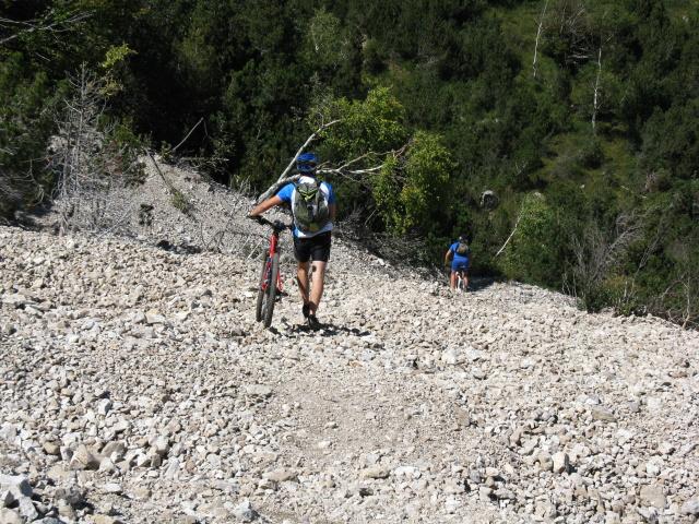 Attraversamento di ghiaione lungo il sentiero della traversata bassa