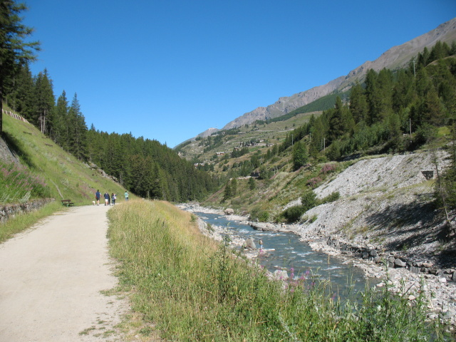 In direzione di Lillaz lungo il torrente Urtier