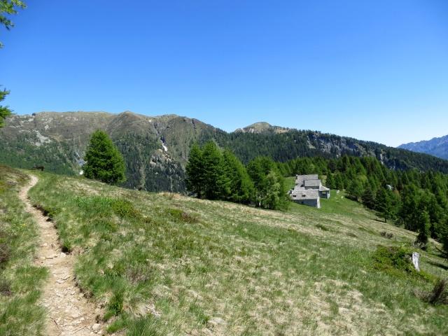 Il sentiero finale in salita che aggira la sommità della Colma, vista sull'Oratorio di San Rocco