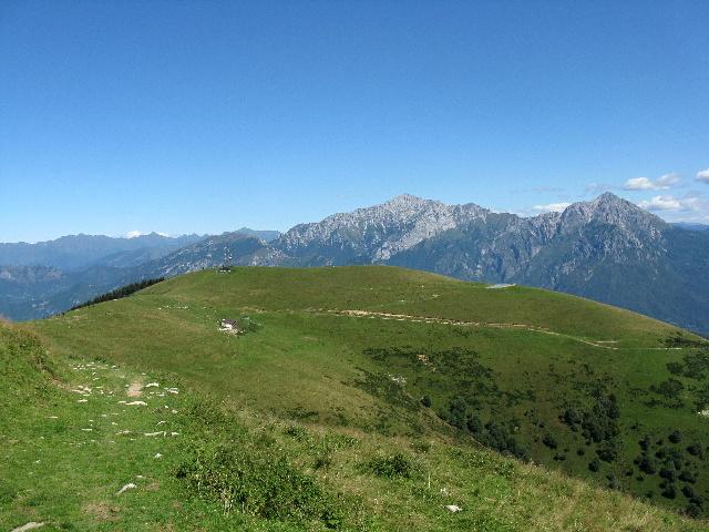 La Bocchetta di Terrabiotta e la sommità del Ponciv (sfondo sulle Grigne) scendendo dal San Primo lungo il traverso ciclabile
