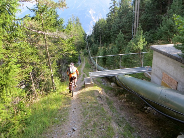 Il bel sentiero che scende a Varen dalla Varneralp - passaggio a fianco di condotta idrica artificiale