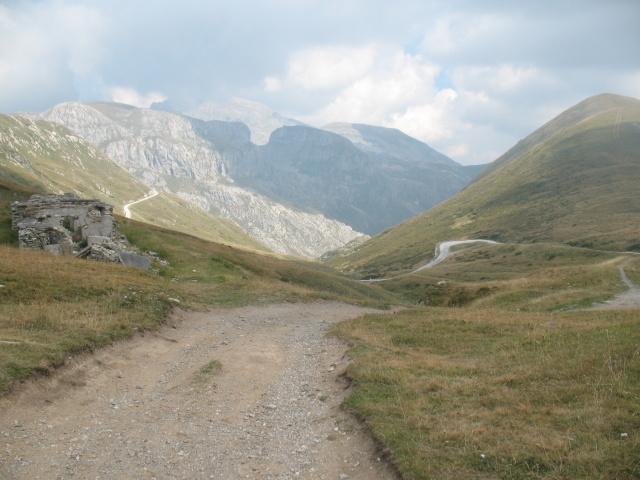Pascoli del Colle della Boaria, sullo sfondo il Marguareis