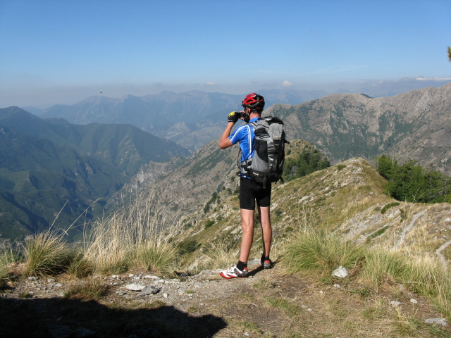 Panorama sulle Alpi liguri dal sentiero sotto il Monte Pietravecchia