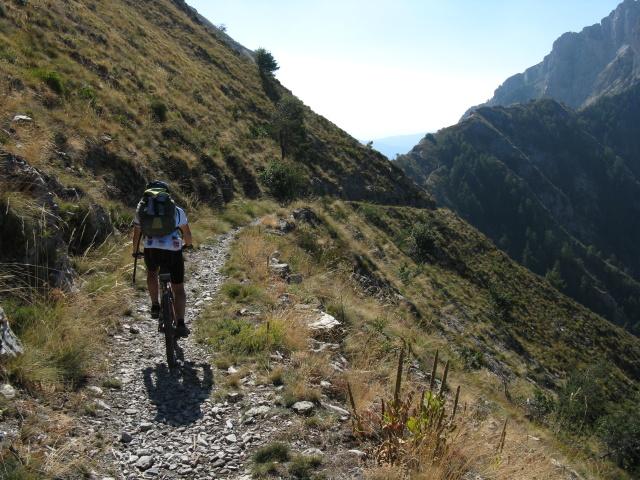 In direzione del Passo dell'Incisa sotto il Monte Pietravecchia