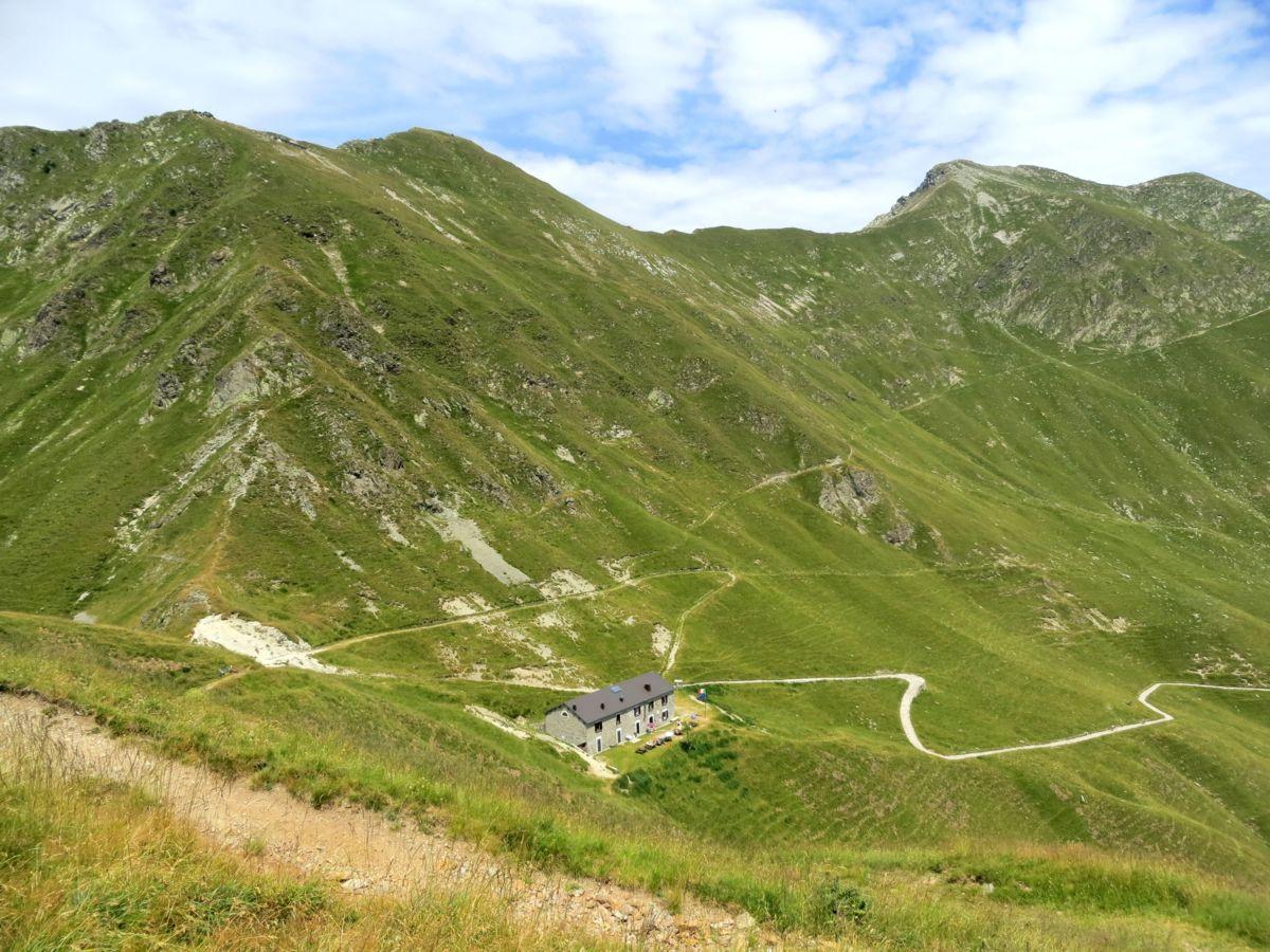 Il Passo San Jorio ed il sottostante rifugio in territorio italiano