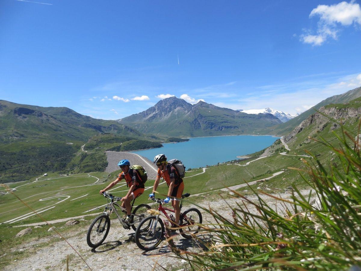 In direzione della Alpe Tour con vista sul Lago del Moncenisio