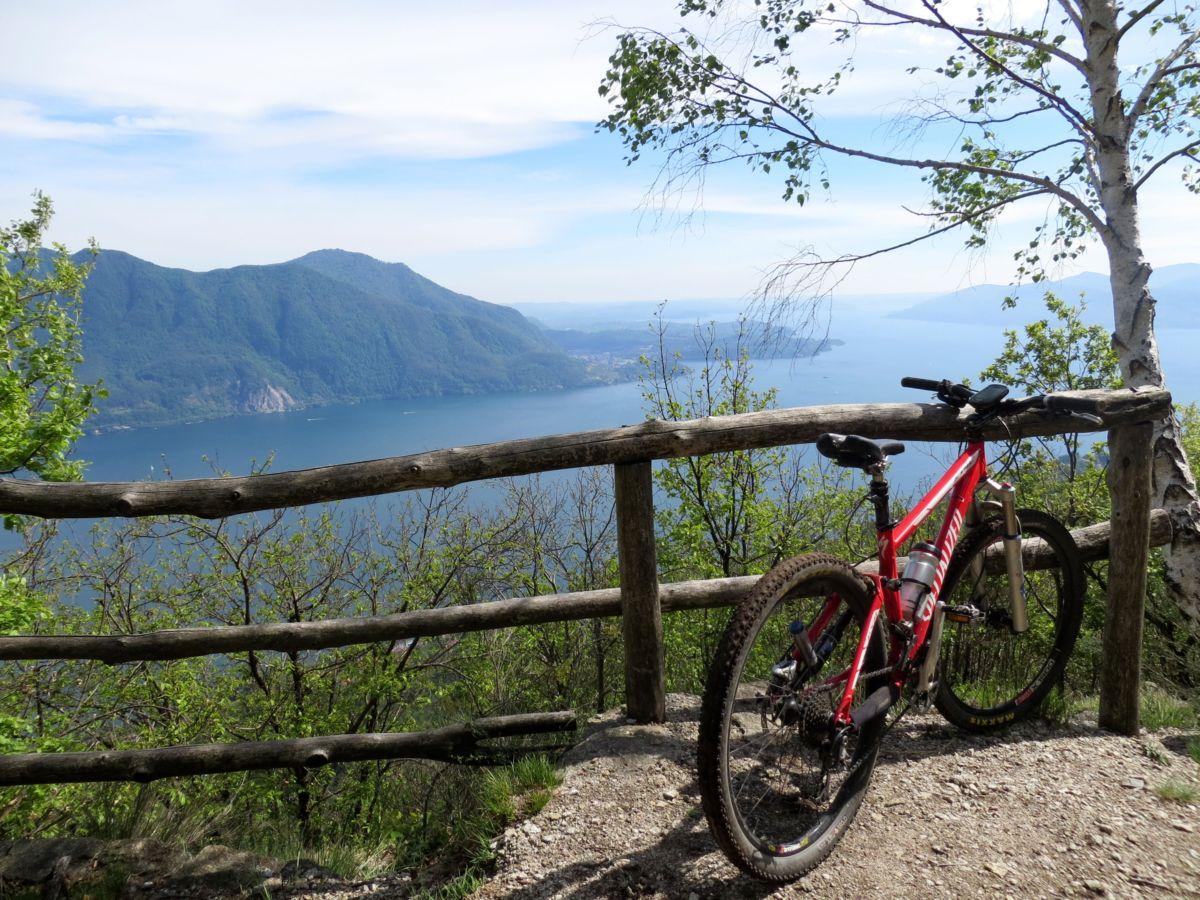 Punto panoramico sul Lago Maggiore lungo il single-track da Pollino