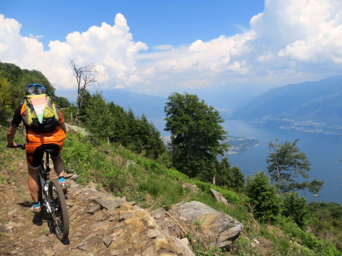 In direzione della Corona dei Pinci con panorama su Alto lago Maggiore