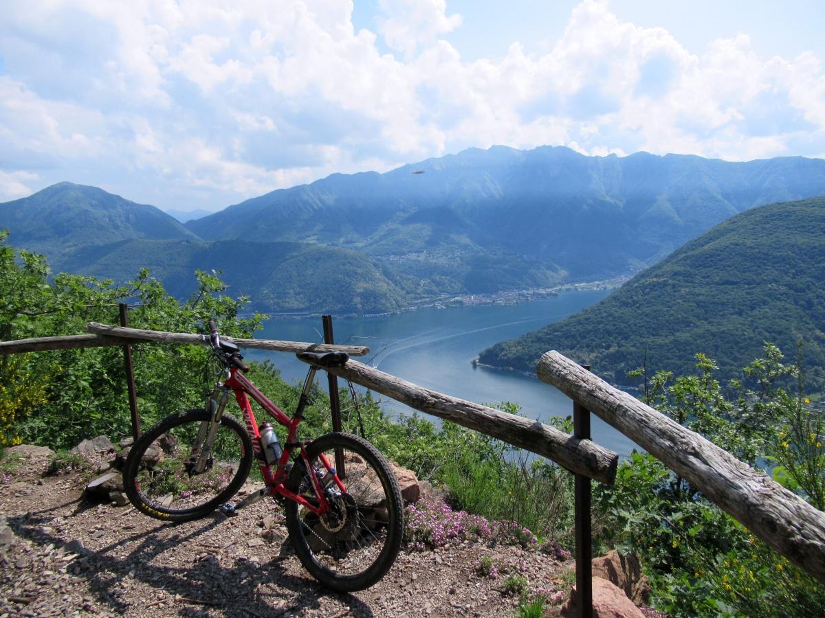 Vista sul Lago di Lugano salendo dall'Alpe Vicania