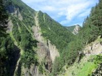Cascate naturali di acqua che scendono lungo le ripide pareti orientali del Breithorn