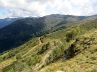 Panoramica dello sterrato che dall'Alpe Pizzo scende ai sottostanti alpeggi dell'Alpe Meggiana e dell'Alpe Pianelle