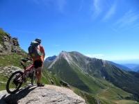 Colle della Vecchia - sullo sfondo il monte Pelouxe ed il Pelvo