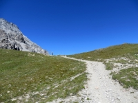Il tratto finale ciclabile del sentiero per il Colle della Rho (sullo sfondo il Colle)