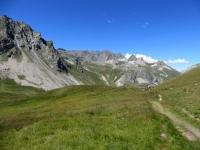 Il sentiero in leggera pendenza che conduce al Colle di Valle Stretta dal Col de la Replanette