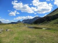 Passaggio tra i pascoli durante la percorrenza del sentiero che scende dal Colle di Valle Stretta