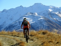 Salita all'interno della Bächital - vista sui rilievi della Val Formazza