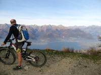 Panorama su Pian di Spagna ed alto lago durante la salita al Monte Legnoncino