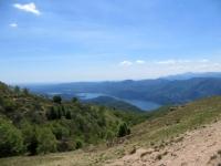 Panorama sul Lago d'Orta durante la discesa lungo il versante occidentale del Mottarone
