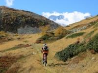 La traccia di sentiero che precede il Passo dopo l'Alpe Monscera - inizia a comparire la vetta del Lagginhorn