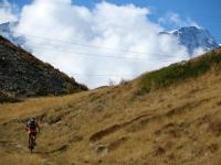 Percorrendo la traccia di sentiero che precede il Passo dopo l'Alpe Monscera