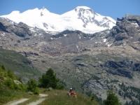 Salita al Rifugio Grand Tournalin - vista sulla Punta Gnifetti (Rif. Margherita, 4.554), Punta Parrot (4.432), Piramide Vincent (4.215)