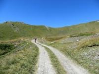 Lo sterrato che collega l'alpe Tsecrousa con l'alpe Grand Arpilles